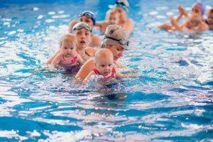 Набор деток на занятия в бассейне с мамами